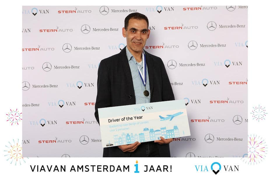 Man met cheque voor winnen ViaVan driver of the year